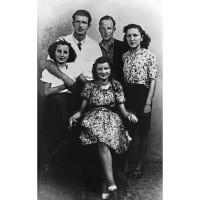 """Milih Dusan (il """"Montenegrino"""") e Arcibald Mackenzie con alcune ragazze"""