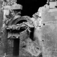 La porta dei principi sventrata dalla bomba.