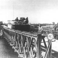 Fantails condotti attraverso un Bailey costruito sul fiume Reno (4 aprile 1945)