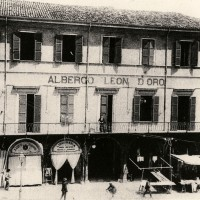 Cesena, Albergo Leon D'Oro, 1905-1910 circa. Dopo la liberazione fu trasformato in un luogo di svago per gli Alleati (BCM Fondo Dellamore, FDP 1066)