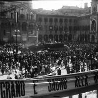 La trebbiatura del grano in Piazza Grande.