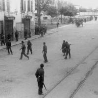 """Gli uomini dell'VIII Brigata della Divisione """"Piacenza"""" al comando di Enrico Rancati entrano in città la mattina del 28 aprile 1945"""