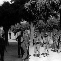 Partigiani insieme a militari alleati.