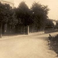 Veduta di Bagnile dall'incrocio fra via Pisignano e via Rovescio negli anni '40. L'edificio sulla sinistra è la Casa del Fascio, mentre la persona seduta è Giulio Berti