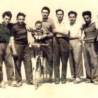 Componenti della famiglia Fusconi, Vittorio è il terzo da destra, 1951.