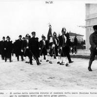 Cesena, corteo delle Autorità diretto al cantiere della nuova stazione ferroviaria per la cerimonia della posa della prima pietra, 1925 (BC)