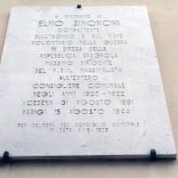 La lapide posta il 4 maggio 1979 sulla casa natale di Elmo Simoncini