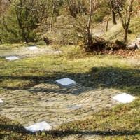 Parco del Carnaio. Sul luogo dove furono scavate le tre fosse per dare temporanea sepoltura alle vittime, sono state realizzate tre piccole piattaforme in pietra con murate tre targhe con il testo di una poesia di Gianni Rodari.