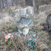 Cippo in memoria di Mario Allegretti nei boschi di Saltino