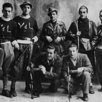 """Partigiani della 38a Brigata Garibaldi """"A.Villa"""" che operava in Val D'Arda, provincia di Piacenza, nella quale combatterono numerosi giovani di Soragna (Antonio Mareghi """"Nino"""" primo in piedi a sinistra)."""