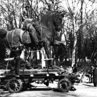 Spostamento ai Giardini Margherita della statua di Vittorio Emanuele