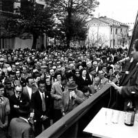 Il Sindaco Leopoldo Lucchi parla alla folla davanti alla ex Casa del Fascio, 29 aprile 1973