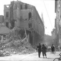 Il portico del Collegio in Via Emilia colpito dalle bombe.