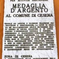 Loggiato comunale, la lapide che riporta la motivazione della medaglia d'argento data alla città di Cesena