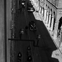 Il clima che si respira in città è di forte senso del pericolo: i cittadini sono pronti a fuggire al suono dell'allarme antiaereo