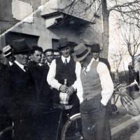 Persone radunate davanti alla Casa del Fascio dopo la metà degli anni '30. Da sinistra si riconoscono Romanin (cappello bianco), Pietro Piraccini (Pilacia, in primo piano col cappello scuro), il fabbro di Pisignano, Ernesto Arienti, Giuseppe Calbi (con il fiasco in mano), il segretario del fascio di Bagnile Augusto Gentili (con il gilet grigio) e Ottavio Severi (Tévi, in seconda fila con il cappello scuro)