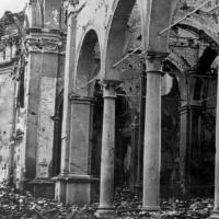 Interno della cattedrale di San Nicolò ad Argenta bombardata.