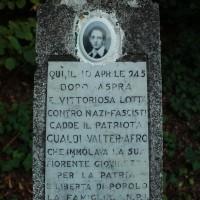Cippo in memoria di Walter Gualdi (Afro) nella piazzetta del cimitero di Saltino