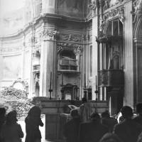 Si celebra la messa nella Chiesa distrutta.