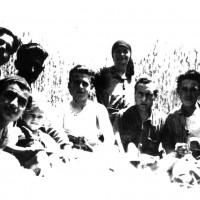 La famiglia Fusconi con alcuni partigiani di Ronta, Vittorio è il primo da sinistra e Duilio ha in braccio la figlia Gisella, 25 settembre 1944 (MB)