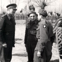 Il Generale Keightley ispeziona un avamposto sul Reno in compagnia del comandante partigiano Arrigo Boldrini, Bulow.