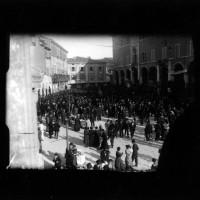 Manifestazione di solidarietà con la Russia dei Soviet, Cesena, Piazza del Popolo, 1920 (BCM Fondo Casaboni, FCP 547)