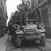 Passaggio di truppe americane in centro a Modena.
