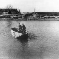 Il tenente generale C.F Keightley viene trasportato in barca attraverso il fiume Reno dai Partigiani