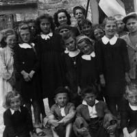 La pluriclasse di Tavolicci fotografata nel giugno 1944. Un mese dopo la maggior parte dei bambini ritratti nella foto perse la vita nella strage.