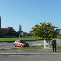 Il cippo che ricorda tutte le vittime di Gattolino, sullo sfondo la Chiesa, oggi