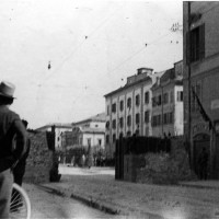 Il muro di barricata con la porta aperta su Largo Garibaldi.