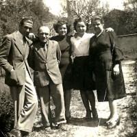 """La famiglia Polizzi ripresa negli orti antistanti l'abitazione (da sinistra a destra): Primo detto """"Manetto"""", Secondo, Lina, Laura e Ida Mussini"""