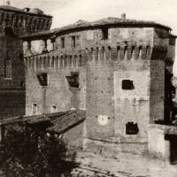 Cesena, la Rocca Malatestiana vista all'interno del muro di cinta, 1900-1915 circa (BCM Fondo Dellamore, FDP 120)