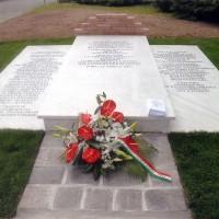 Cimitero di Forlì, Monumento a ricordo delle vittime uccise all'aeroporto di Forlì nel settembre 1944