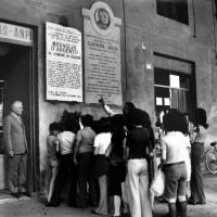Studenti davanti alla lapide di Gastone Sozzi. Li osserva l'ex-partigiano Adriano Benini sul ciglio della vecchia sede ANPI
