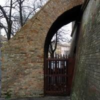Viale Mazzoni, il muro protettivo antischegge oggi (lato)