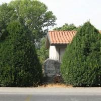 """Cippo a """"FUSCONI, URBINI, BARBANTI, SLAVO IGNOTO"""", Martorano di Cesena, Via Ravennate, 2805 (veduta generale)."""