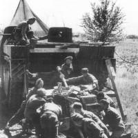 Cannonieri 267/67 reggimento controcarro (Anti -Tank Regiment) artiglieri britannica, caricamento di un cannone controcarro su di un Fantail