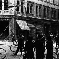 La zona di Via Caprarie, nei pressi di Piazza Maggiore, con evidenti segni di danneggiamenti