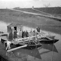 Il Passo dell'Uccellino sul fiume Secchia. Adelmo Dalmari presta qui l'attività di traghettatore da una sponda all'altra (da Biblioteca Poletti).