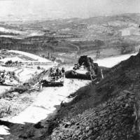 Un carro Sherman del 44° Recce colpito dal caporale Weber sotto le mura di gemmano. Sullo sfondo la Valle del Conca.