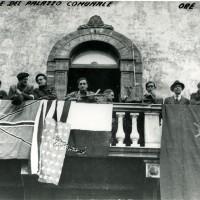 Comandanti partigiani sul balcone del Palazzo Merlato
