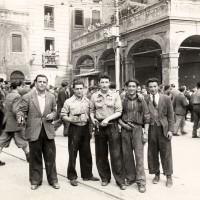 Partigiani in piazza Ravegnana a Bologna dopo la Liberazione