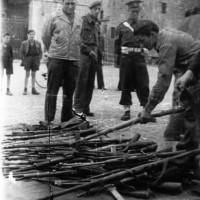 Dopo la Liberazione: consegna delle armi nel cortile di Palazzo Farnese