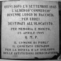 La lapide posta sull'edificio dove sorgeva l'Albergo Commercio in corso Diaz a Forlì