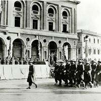 Novembre 1944, gli Alleati, sullo sfondo il Palazzo delle Poste