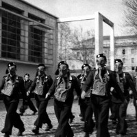 Prima della guerra: esercitazione di ragazzi della GIL (Gioventù Italiana del Littorio) con maschere antigas