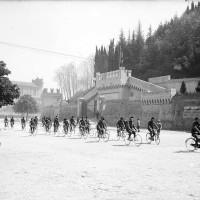 Cesena, manifestazione pubblica in viale Mazzoni davanti al Monumento ai caduti, Anni '30 circa (BCM Fondo Manuzzi, FMN 2886