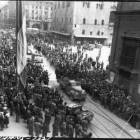 All'incrocio tra Via Indipendenza, Via Rizzoli e Via Ugo Bassi sfilano alcuni alpini dell'esercito italiano per festeggiare la Liberazione (21 aprile 1945)