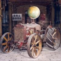 Museo Cervi: trattore e mappamondo.